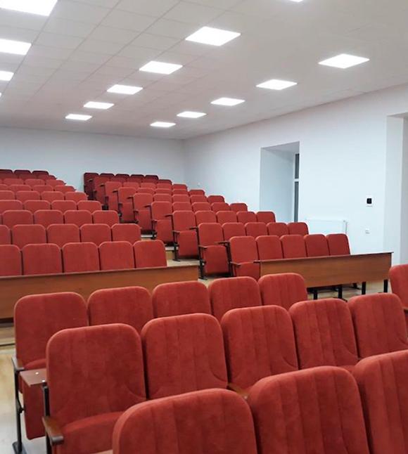 450 кресел Колизей в аудитории Львовского университета внутренних дел Украины
