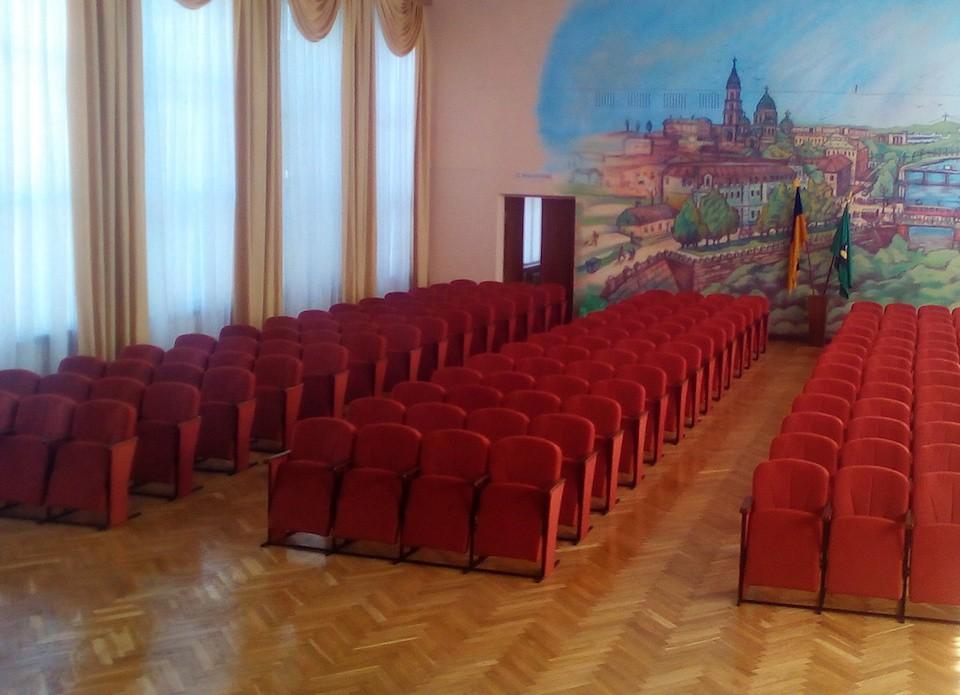 Фабрика изготовила новые переносные кресла для актового зала в Харькове