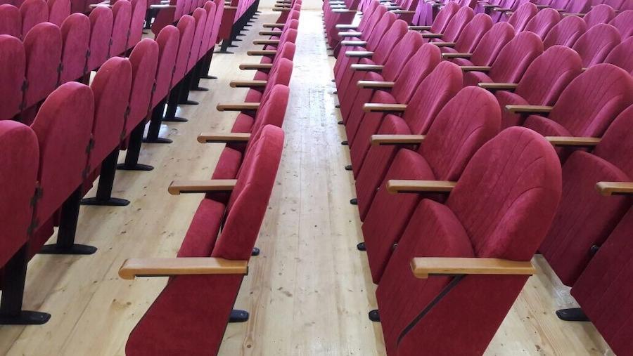 Новые театральные кресла в актовом зале Гимназии №1 г. Баку, Азербайджан
