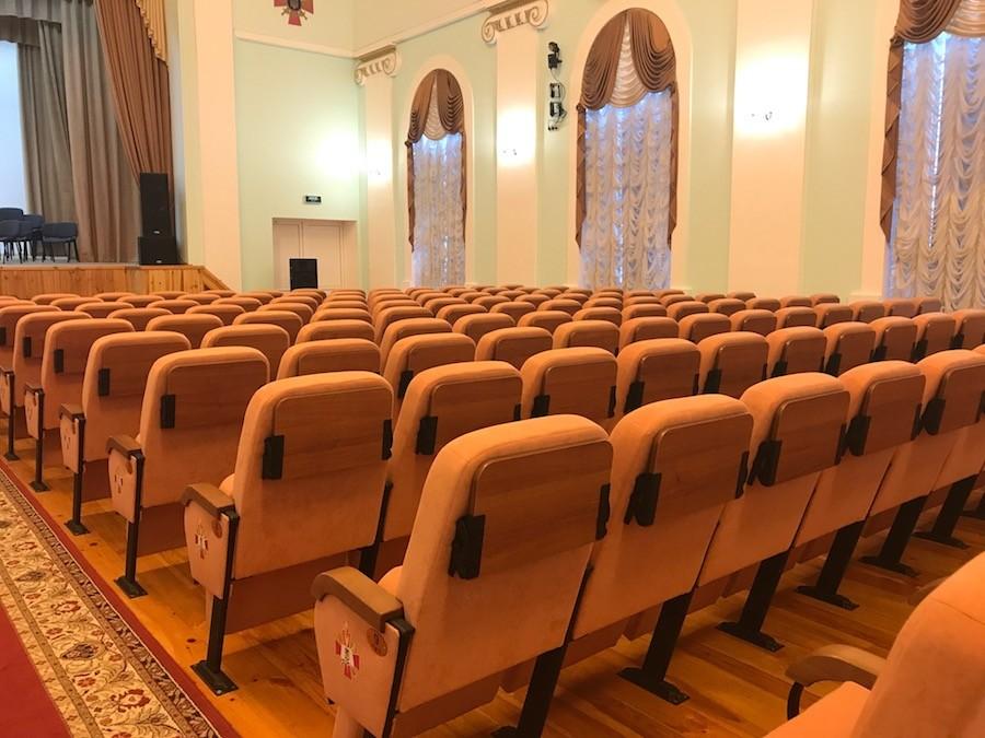 В актовом зале университета Черняховского установлены кресла с пюпитрами