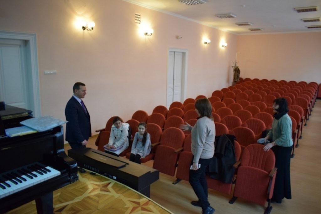 785 кресел для культурных учреждений Ужгорода