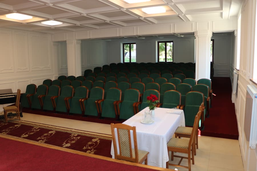 В Молдове установлена новая партия театральных кресел нашего производства