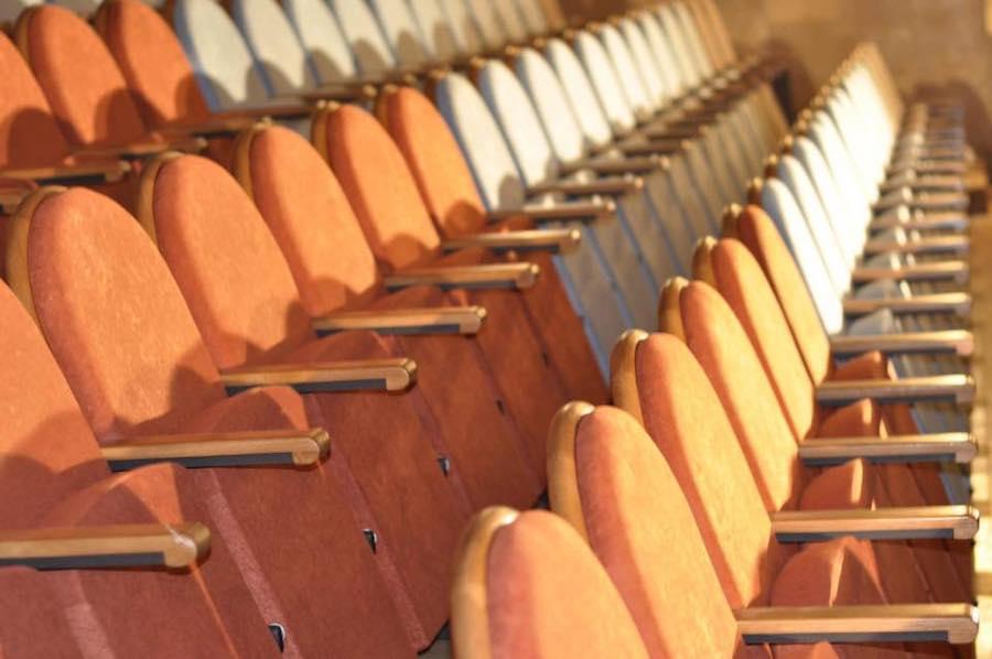 Разноцветные кресла в Театре юного зрителя на Липках (Киев)