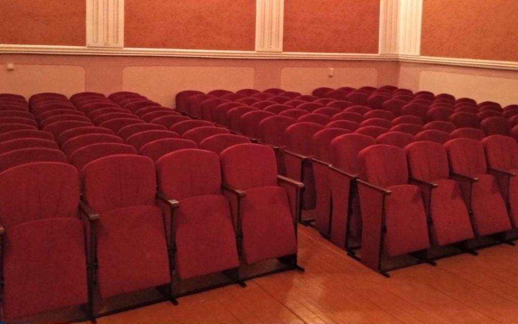Школа в Тернопольской области получила новые мягкие кресла для актового зала