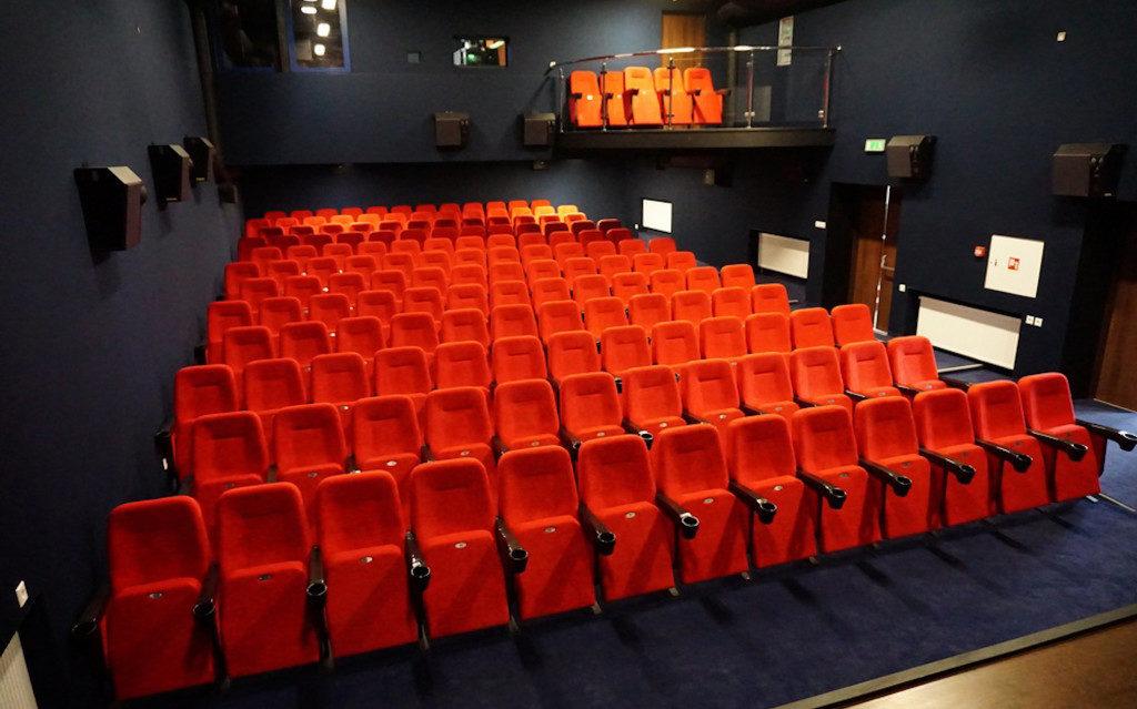 Для польского кинотеатра изготовлены 156 кресел с подстаканниками (видео + фото)